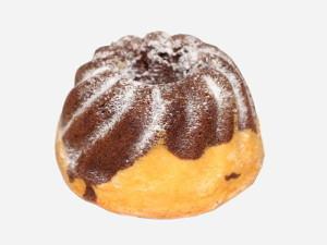 Puszyste dwukolorowe ciasto biszkoptowo – tłuszczowe o wilgotnym miękiszu i maślanym aromacie, obsypane cukrem pudrem.
