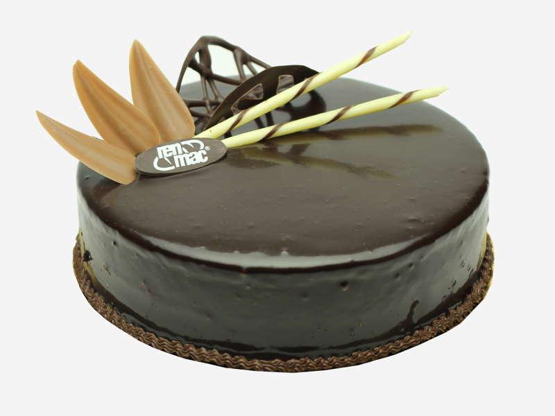 Połączenie puszystego, ciemnego biszkoptu z intensywnie czekoladową śmietaną. Całość oblana polewą czekoladową z ozdobami czekoladowymi.