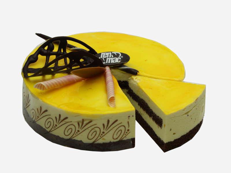 Połączenie puszystego, ciemnego biszkoptu ze śmietaną o smaku mango. Dekoracja żelem i ozdobami czekoladowymi.