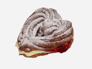 Parzone ciasto przełożone masą budyniową z soczystymi wiśniami. Produkowana okazjonalnie - Dzień Babci i Dziadka , Walentynki, Dzień Mamy