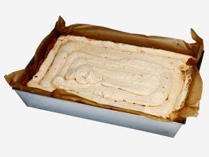Tradycyjny domowy sernik z puszystą warstwą białka